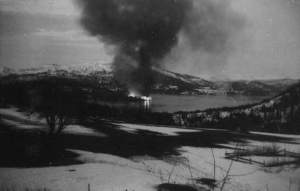 Hemnes brenner 10. mai 1940. Foto: Erna Dahlberg