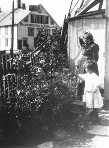 Barbara og dattera Margrethe. Kanskje er bildet tatt med selvutløser.