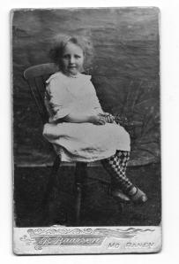 """Baarsens portrett av min bestemor Gudrun. Bildet er tatt på Hugløya i Nesna ca. 1913. Bestemor fortalte at """"fru Bostrøm"""" hadde med seg et telt hvor fotograferinga foregikk."""