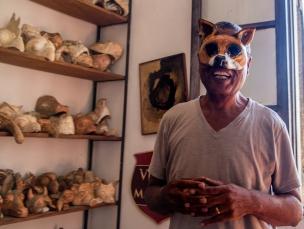 Marcilio med en av maskene sine.