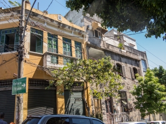 I dette huset i bydelen Santa Teresa bor Marcilio Barroco, og her har har også verkstedet sitt.